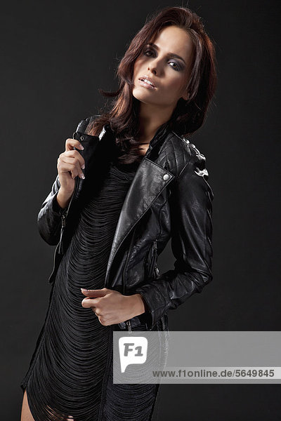Junge Frau in schwarzem Kleid und Lederjacke  Portrait