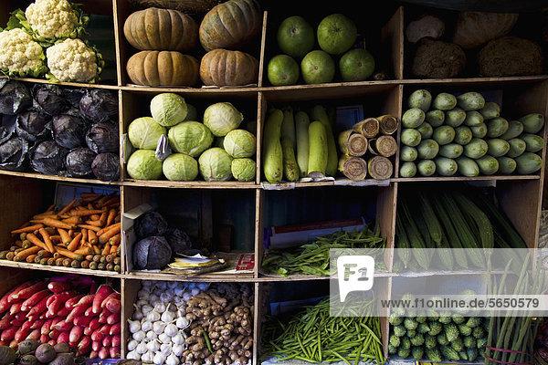 Indien  Ooty  Gemüsevielfalt im Schrank auf dem Markt