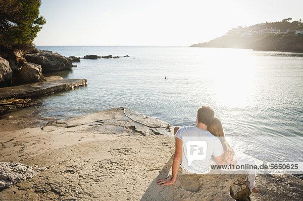 Spanien  Mallorca  Paar am Strand sitzend