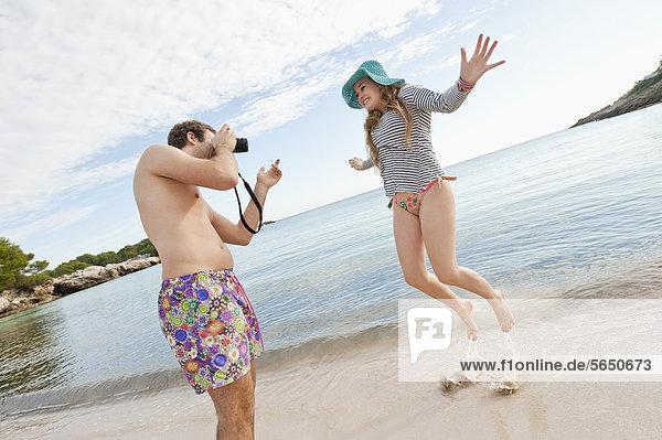 Spanien  Mallorca  Paar beim Fotografieren am Strand