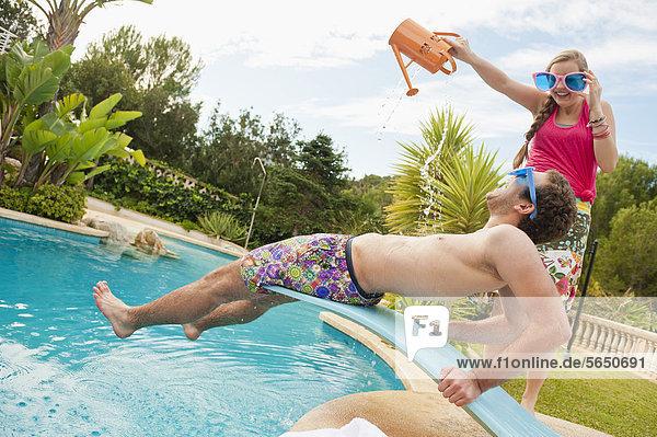 Spanien  Mallorca  Pärchen spielen im Schwimmbad