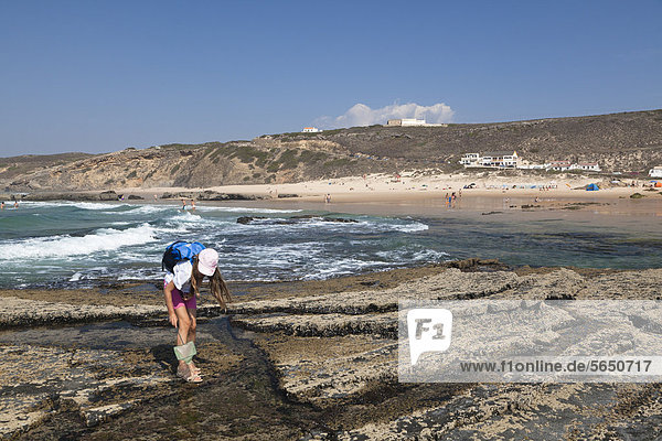 Mädchen fischt in Gezeitentümpel beim Strand von Monte Clerigo  Atlantikküste  Algarve  Portugal  Europa Mädchen fischt in Gezeitentümpel beim Strand von Monte Clerigo, Atlantikküste, Algarve, Portugal, Europa