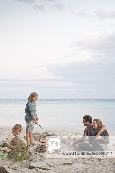 Spanien  Mallorca  Freunde am Lagerfeuer am Strand