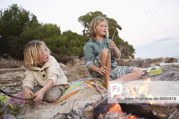 Spanien  Mallorca  Kindergrillwürste am Strand