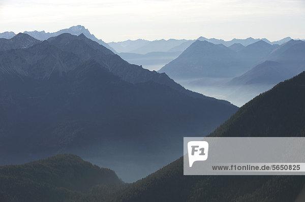 Deutschland  Bayern  Region Walchensee  Blick auf die nebligen bayerischen Alpen