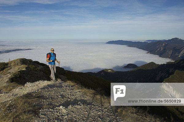Deutschland  Bayern  Walchesee Region  Wanderer am Berg