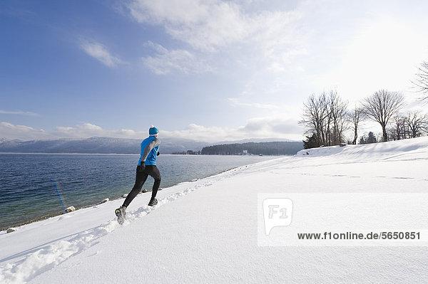 Deutschland  Reife Männer joggen am Walchensee
