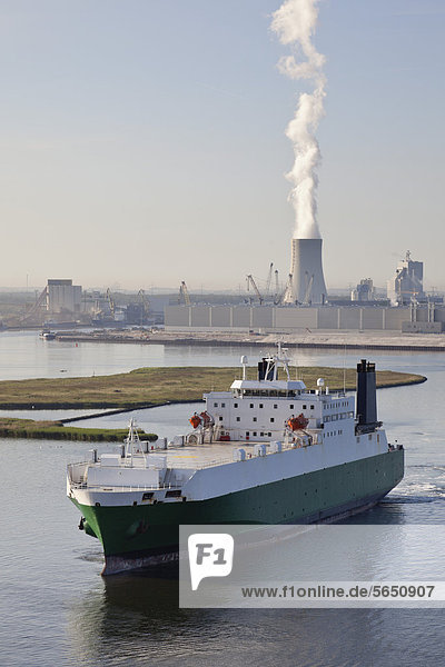 Deutschland  Rostock  Blick auf Schiff mit Hafen und Kraftwerk im Hintergrund