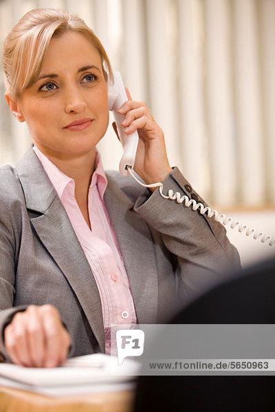 Weibliche Führungskraft beim Telefonieren
