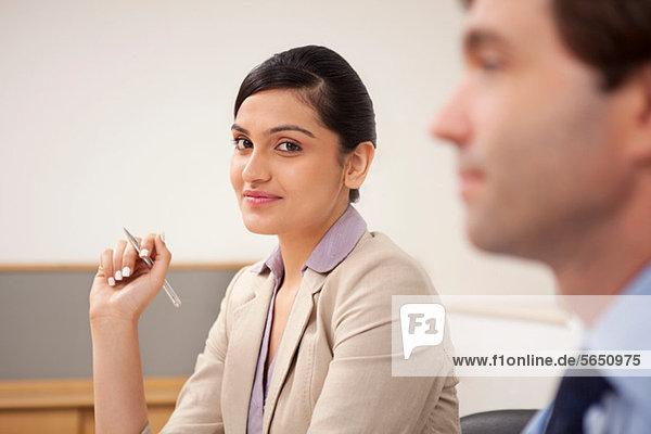 Porträt einer weiblichen Führungskraft in einer Besprechung