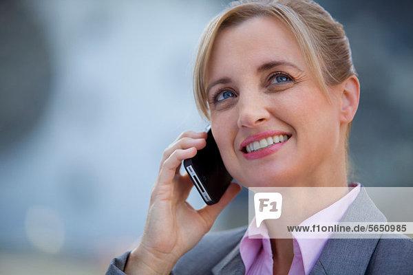 Weibliche Führungskraft mit Handy
