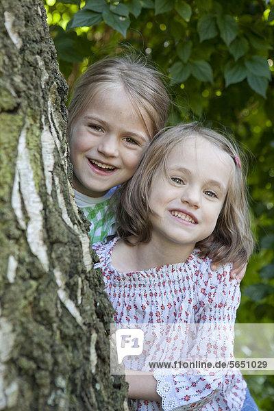 Mädchen im Garten  lächelnd  Portrait