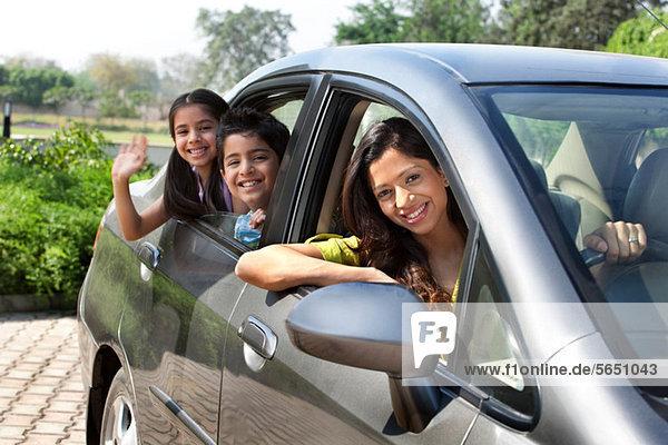 Porträt von Mutter und Kindern im Auto
