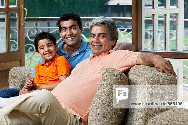 Porträt einer Familie auf einem Sofa