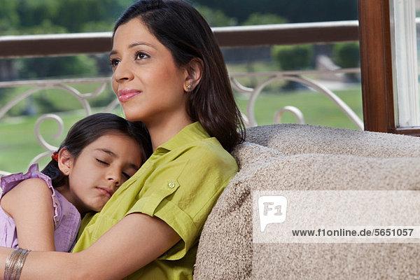 Tochter schläft auf der Brust ihrer Mutter