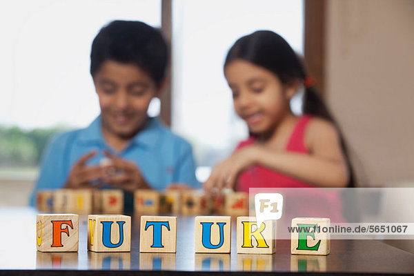 Junge und Mädchen spielen mit Bausteinen