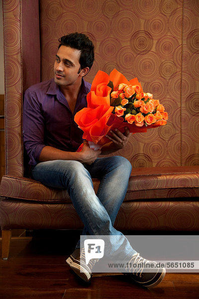 Mann mit Blumenstrauß
