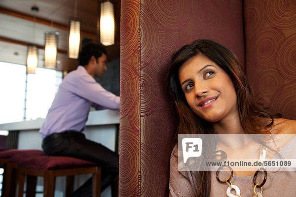 Frau in einem Restaurant lächelnd