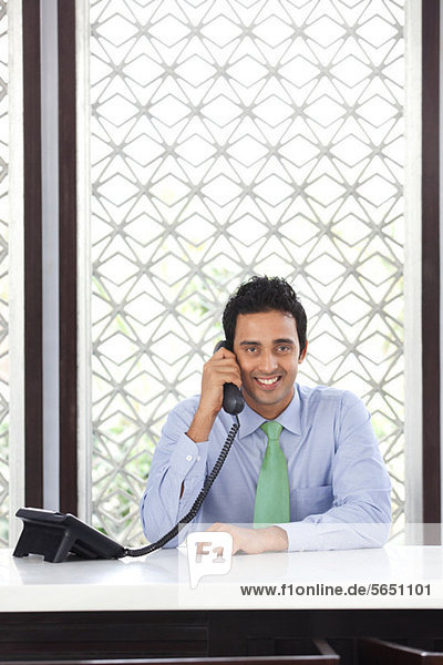 Porträt einer Führungskraft am Telefon