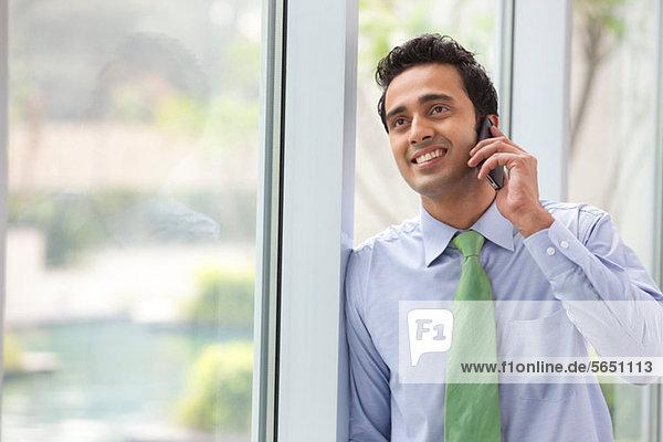 Chef im Gespräch auf dem Handy