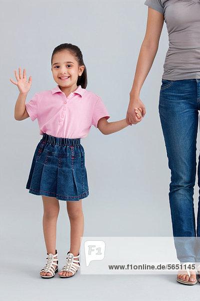 Porträt eines jungen Mädchens beim Winken