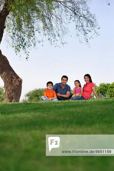 Porträt einer Familie im Park