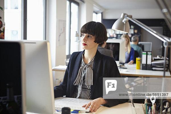 Männer und Frauen  die im Amt arbeiten
