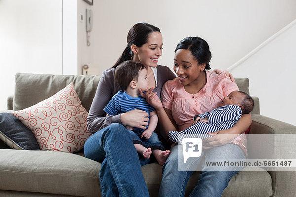 Zwei Mütter mit ihren Babys