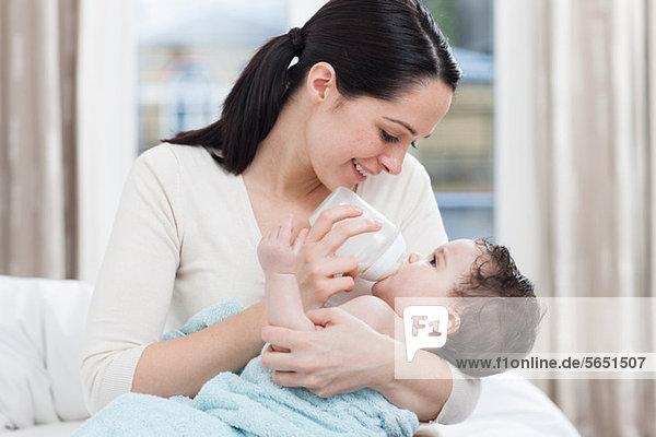 Mutter Flasche Fütterung Baby Junge