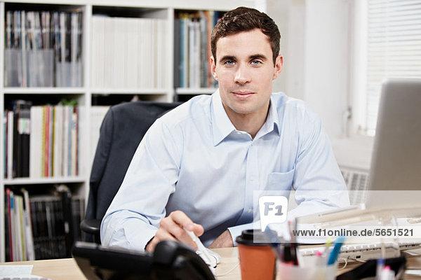 Büroangestellter an seinem Schreibtisch