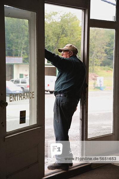 Senior Man im Eingang des Informationsspeichers  Blick