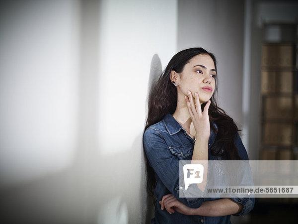Junge Frau schaut weg