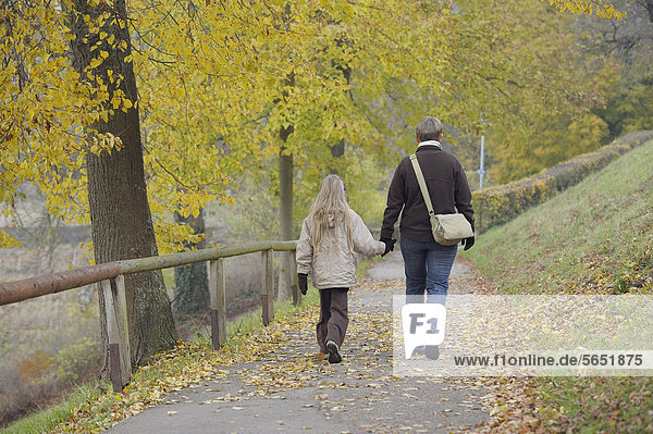 Deutschland  Bayern  Mutter und Tochter beim Wandern im Herbst