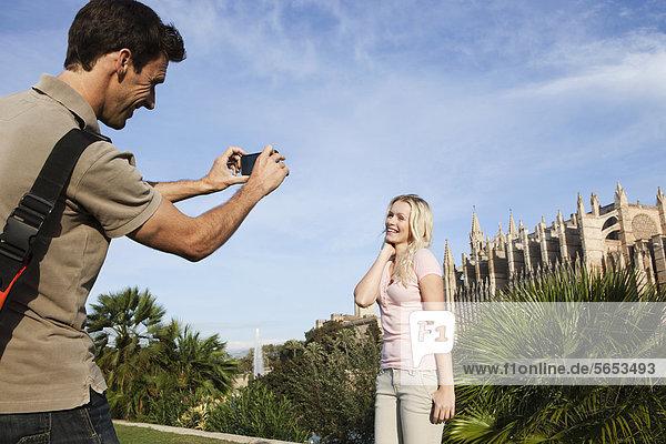 Spanien  Mallorca  Palma  Paarfotografie mit Handy in der Kathedrale St. Maria