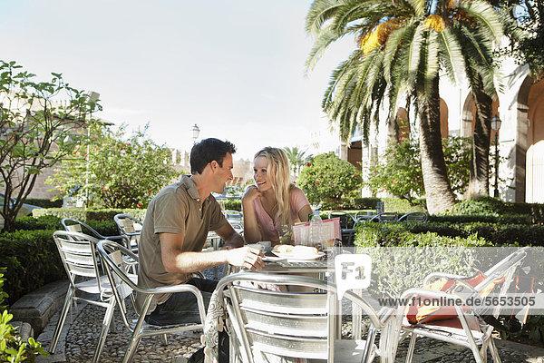 Spanien  Mallorca  Palma  Paar am Tisch sitzend im Café  lächelnd