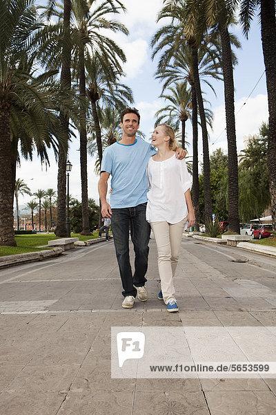 Spanien  Mallorca  Palma  Paar entlang der Allee  lächelnd