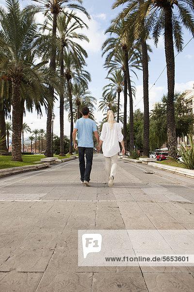 Spanien  Mallorca  Palma  Pärchen zu Fuß entlang der Allee