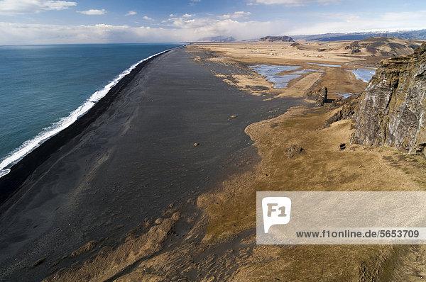 Schwarzer Sandstrand bei DyrhÛlaey  Südküste  Island  Europa