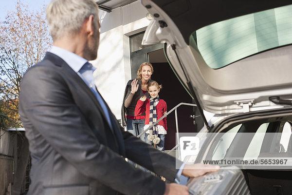 Deutschland  Leipzig  Vater auf Geschäftsreise  Mutter und Tochter im Hintergrund