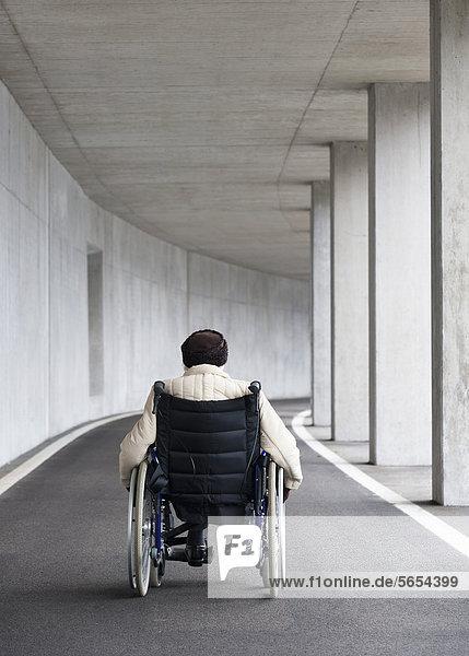 Österreich  Seniorin im Rollstuhl bei der U-Bahn