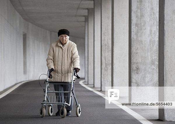 Österreich  Seniorin mit Rollator bei der U-Bahn