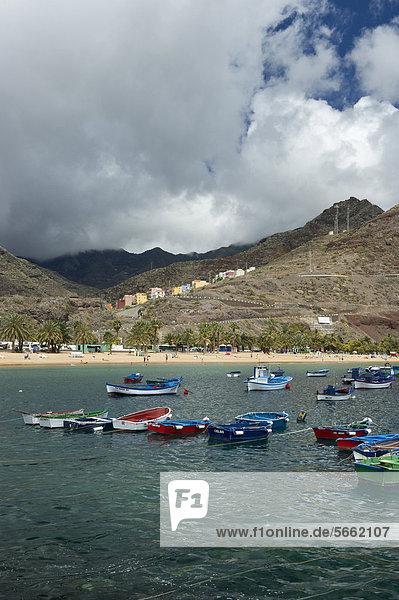 Bunte Fischerboote und Anaga-Gebirge  Playa de las Teresitas  San AndrÈs  Teneriffa  Kanarische Inseln  Spanien  Europa
