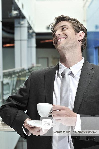 Geschäftsmann mit Tasse Kaffee