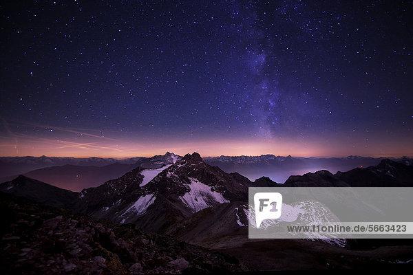Bergpanorama zur blauen Stunde mit Sternenhimmel  Feuerspitze  Steeg  Lechtal  Außerfern  Tirol  Österreich  Europa