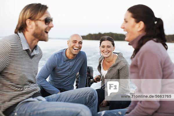 Freunde  die zusammen im Motorboot unterwegs sind.
