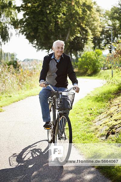 Glücklicher Seniorenradfahrer im Park