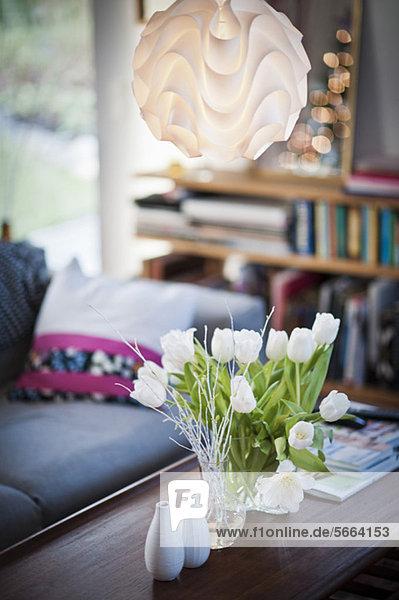 Weiße Tulpen in Vase über dem Couchtisch