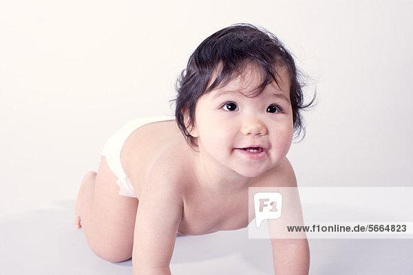 Baby krabbelndes Mädchen  Portrait
