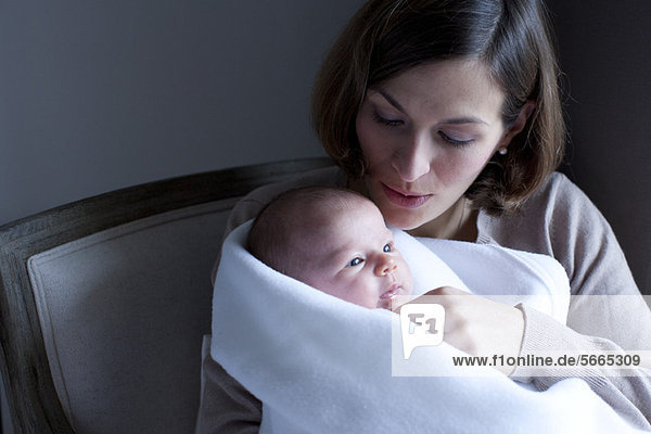Frau mit neugeborenem Baby