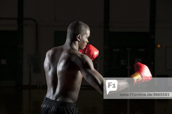 Boxer beim Stanzen der Luft  Seitenansicht